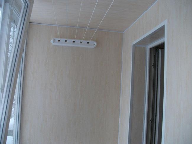 Обшивка балкона и лоджии пластиковыми панелями.